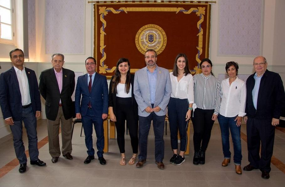 Tres estudiantes de la FTI seleccionadas para participar en el proyecto Centros Internacionales Francófonos se reúnen con el Rector de la ULPGC