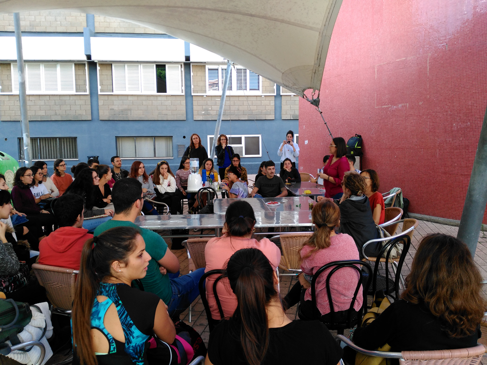 La FTI estrenó 'Un café con…» el martes 13 de noviembre con una charla abierta con la profesora Isabel Pascua Febles